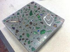 Кварцево-гранитный агломерат с внедренными ракушками и стеклом