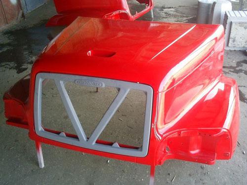 капот автомобиля из стеклопластика